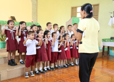 In the kindergarten of Union Ubay, Philippines —  The children sing and play with enthusiasm.<div class='url' style='display:none;'>/en/</div><div class='dom' style='display:none;'>kirchgemeinde.ch/</div><div class='aid' style='display:none;'>404</div><div class='bid' style='display:none;'>12347</div><div class='usr' style='display:none;'>235</div>